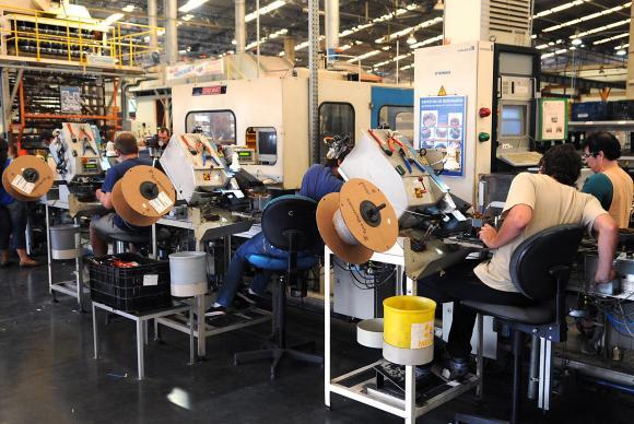 Após sete meses de queda, produção industrial inicia 2016 com crescimento